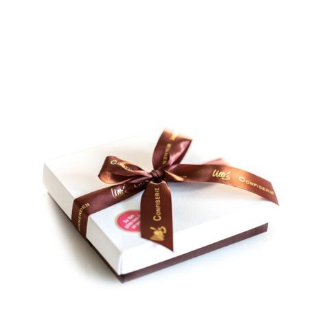Weiße Pralinenschachtel mit brauner Schleife und braunem Boden - für 4 selbst ausgesuchte Pralinen
