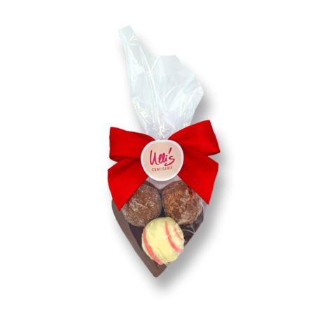 Kleines Schokoladenherz aus Vollmilch, mit drei Pralien befüllt