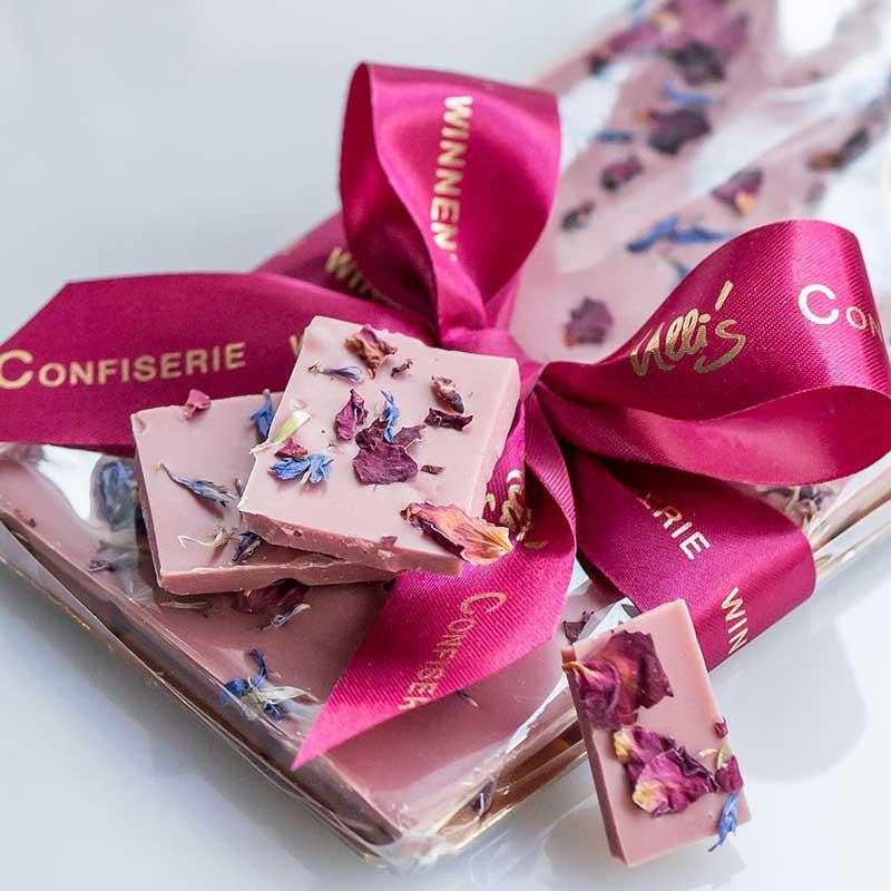 Ruby Schokolade mit Kornblumen- und Rosenblüten